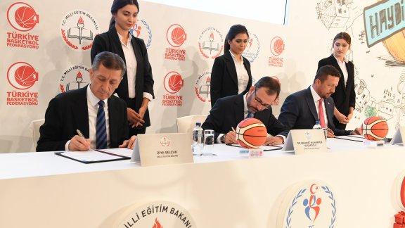 """Millî Eğitim Bakanlığı, Gençlik ve Spor Bakanlığı ile Türkiye Basketbol Federasyonu Arasında """"Basketbol Saha Projesi"""" İş Birliği Protokolü İmzalandı"""